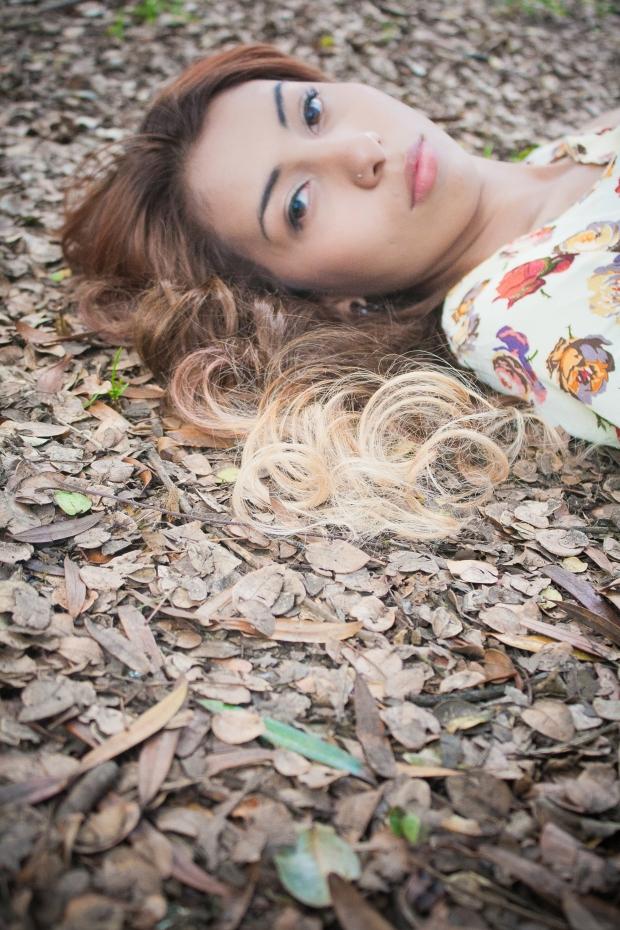 ivino misterio en estas hojas de otoño que caen sobre su cabello